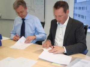 Mr. Lars Bondo Krogsgaard (links) CSO van Nordex Energy GmbH, en Ronald de Coo (rechts) van Winvast.